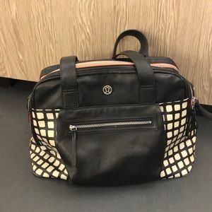 Lululemon blk & tan gym bag has wear on corners